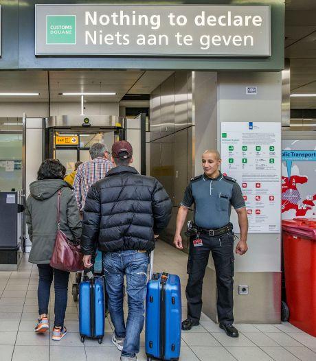 Weekendje Londen? Stuk cheddar gaat op Schiphol bij de douane de afvalbak in