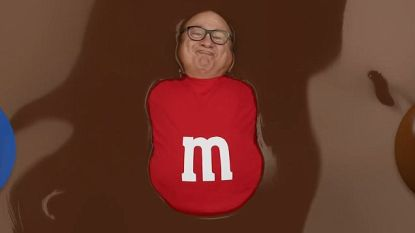 Danny DeVito baadt in liters chocolade