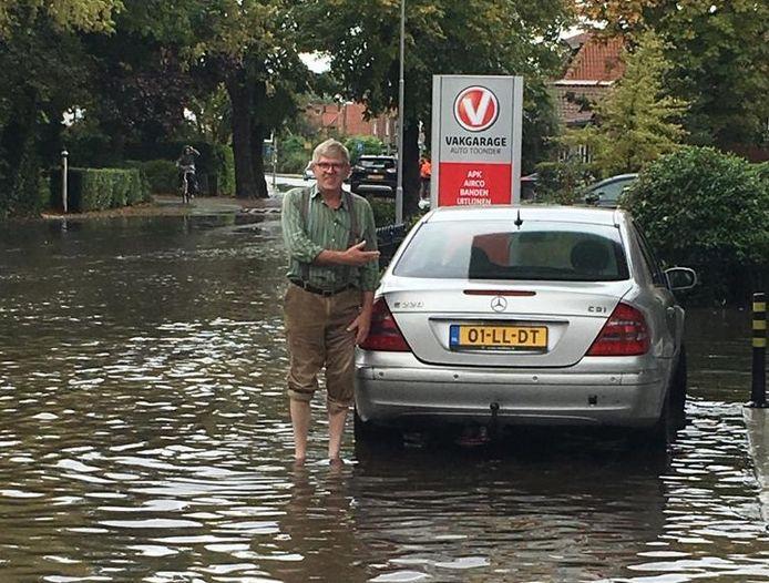 Een man staat met een lege tank aan de Biezelingestraat in Kapelle en besluit dan maar op blote voeten te gaan.