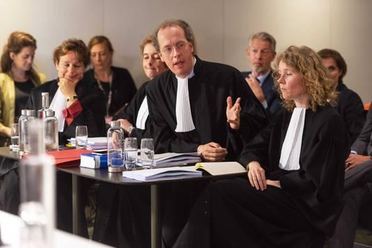 De advocaten van de gemeente Haarlemmermeer en Schiphol tijdens het kort geding van Schiphol tegen de vakbonden. Op de achtergrond burgemeester Onno Hoes.