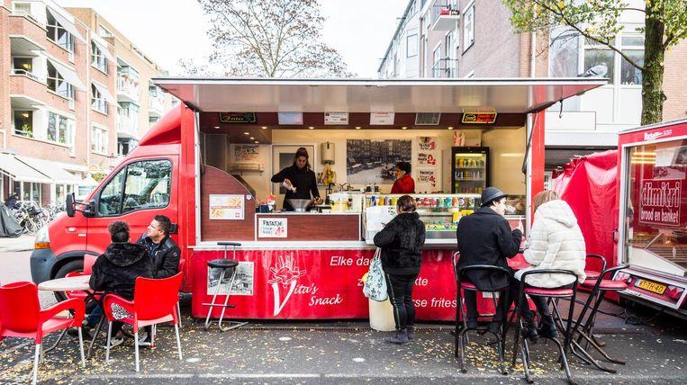 Vita's rode bus is een icoon op de Dappermarkt Beeld Tammy van Nerum