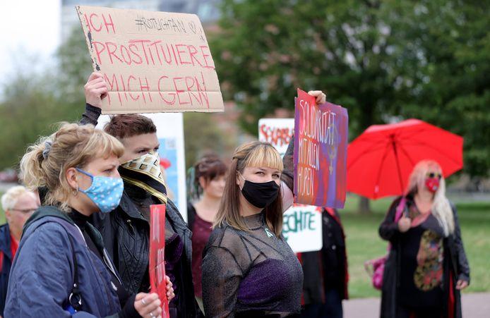 Sekswerksters demonstreerden eind augustus voor het deelstaatparlement van Noordrijn-Westfalen in Düsseldorf.  Zij eisen een heropening van de bordelen. In Hamburg, Bremen en Sleeswijk-Holstein mogen deze vanaf 15 september weer open, elders niet.