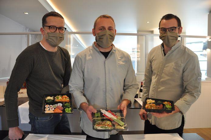 Frederiek Vandenberghe, kok Kristof Harent en hulpkok Ruben Dewulf met de bentoboxen.