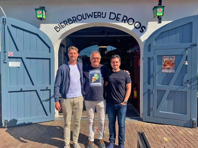 Ties de Leijer (l) met vader Harrie de Leijer en compagnon Matheus Andrade voor Bierbrouwerij De Roos in Hilvarenbeek.