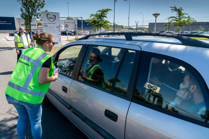 Bij de toegangspoort in Boxtel voerde Vion eind mei controles in. Er mogen niet te veel werknemers tegelijk in één auto of busje zitten.
