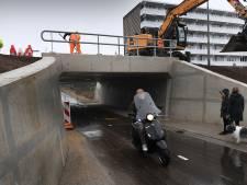 Het lijkt misschien niet zo, maar het mag: fietsen door de nieuwe tunnel in de Weverstraat in Gennep