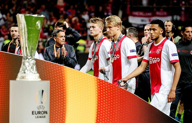 Ajax-spelers druipen af na de verloren Europa League-finale tegen Manchester United. Beeld anp