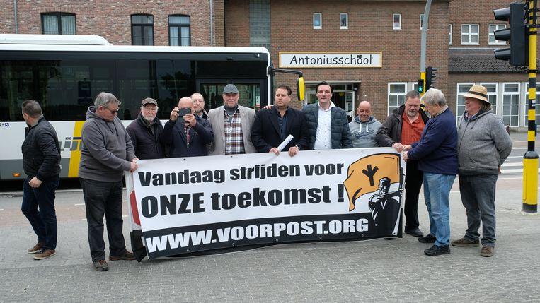 Vlaams Belang hield dinsdagochtend een actie aan de schoolpoort met spandoeken van Voorpost, een omstreden actiegroep die strijdt tegen de multiculturele samenleving.