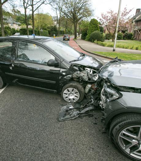Auto's flink beschadigd bij botsing in Velp