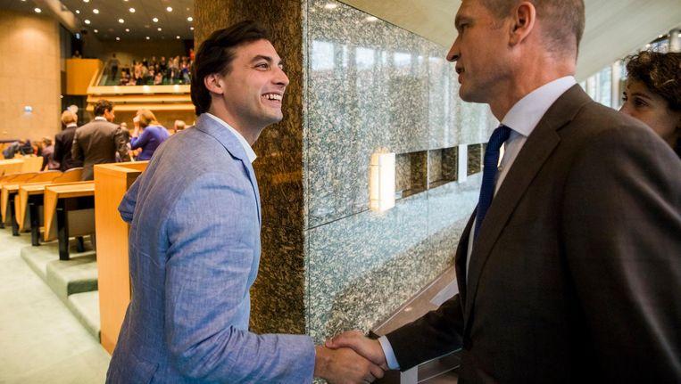 Thierry Baudet, leider van Forum voor Democratie, wordt gefeliciteerd door Gert-Jan Segers (ChristenUnie) in de Tweede Kamer op de dag na Provinciale Statenverkiezingen. Beeld Bart Maat