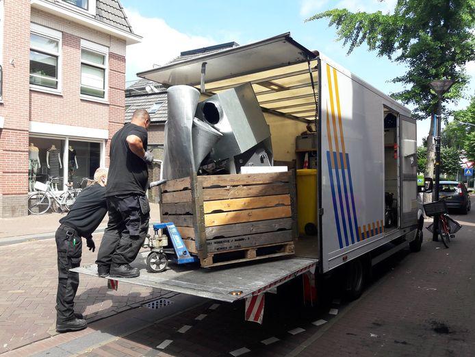 Juni 2018: Ontruiming van het pand boven een winkel aan de Hogestraat in het centrum van Dinxperlo waar een wietkwekerij werd gevonden.