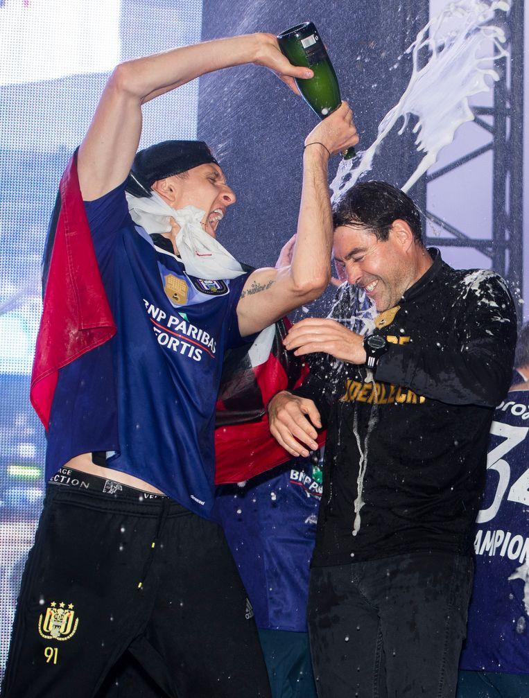 Het titelfeestje gisteravond: Teodorcyzk trakteert Weiler op een champagnedouche.