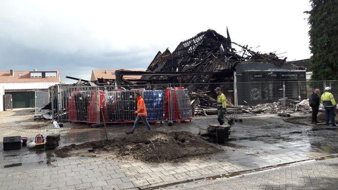 De overblijfselen van de supermarkt en de meubelzaak na de verwoestende brand van woensdag.
