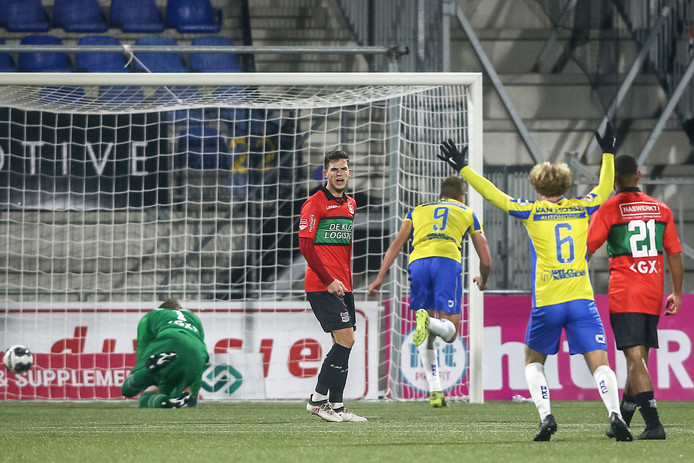 Roland Bergkamp kopt de 1-0 binnen namens RKC.