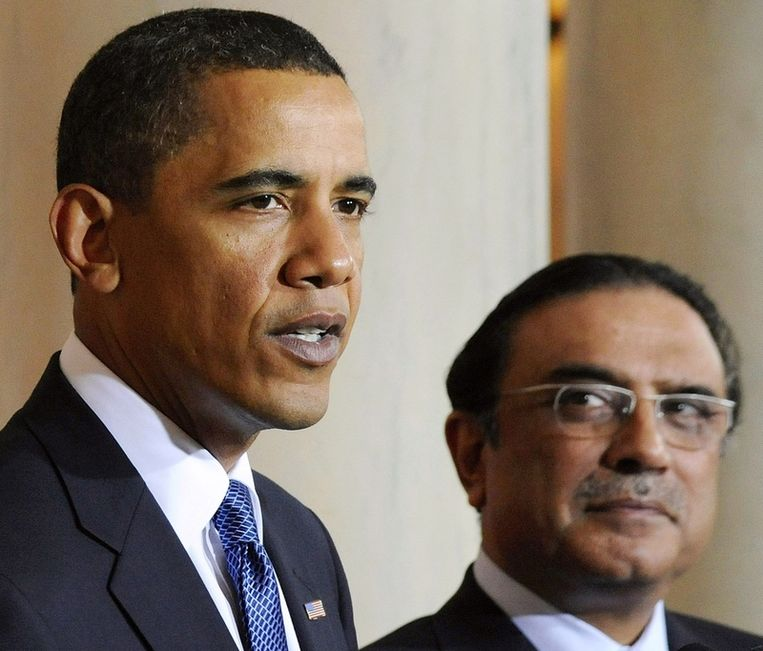 De Pakistaanse president Asif Ali Zardari naast Obama tijdens de bekendmaking van het overlijden van Bin Laden, gisteren. Beeld reuters