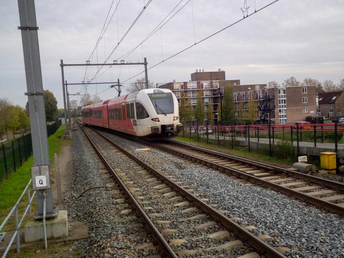 Trein Qbuzz verlaat station Stadspolders op Merwedelingelijn in Dordrecht, richting Sliedrecht.