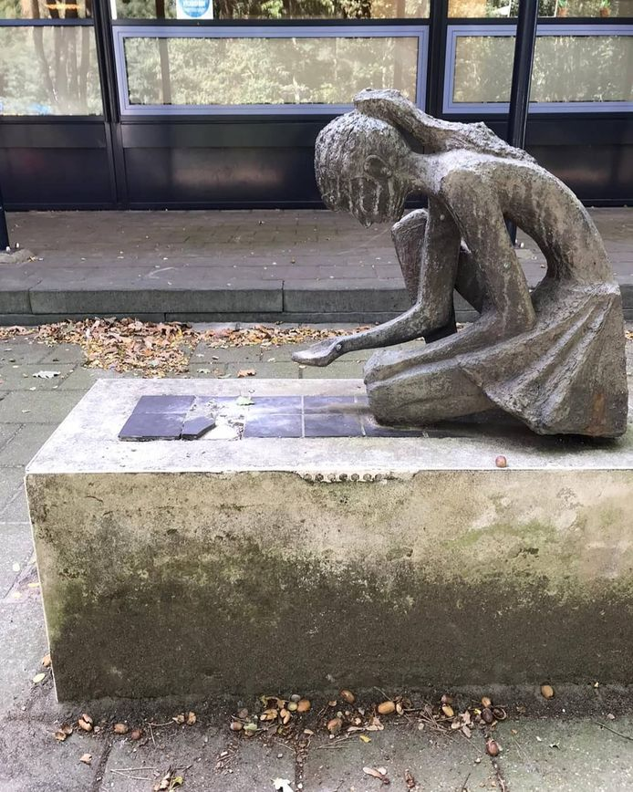Het bronzen beeld 'ganzenmeisje', dat voor de ingang van basisschool Louise de Cologny in Ede stond.