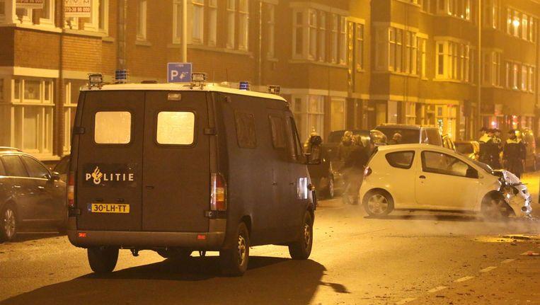 Bij een aanrijding in Den Haag raakte een agent zwaargewond. Toen collega's hem reanimeerden werden ze bekogeld met vuurwerk. Beeld anp