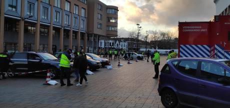 Elf auto's én 60.000 euro in beslag genomen bij grote politie-actie in Schiedam