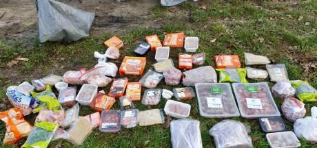 60 (!) kilo frikandellen, shoarmavlees, hamburgers en kroketten gedumpt in de berm