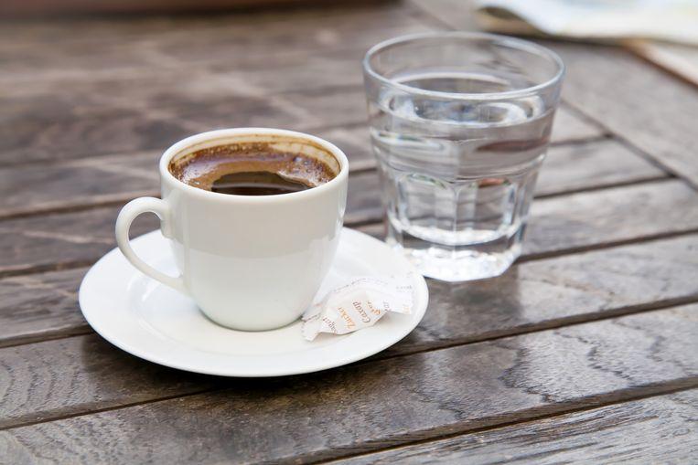 In de horeca krijg je soms water bij je koffie.