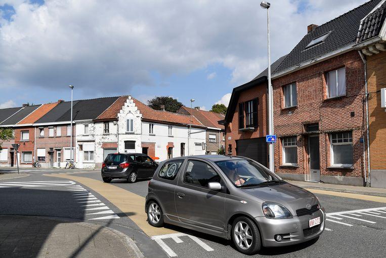 De fietsers op de hoofdbaan van dit kruispunt hebben voorrang, maar niet alle automobilisten lijken dat te weten.