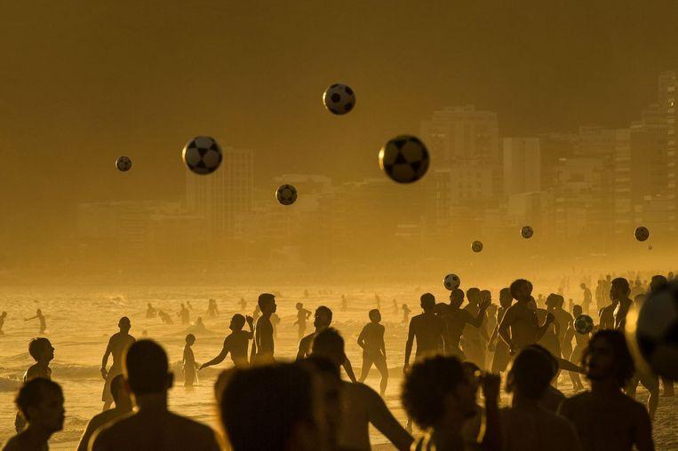 Mensen voetballen op het strand van Rio de Janeiro Beeld anp