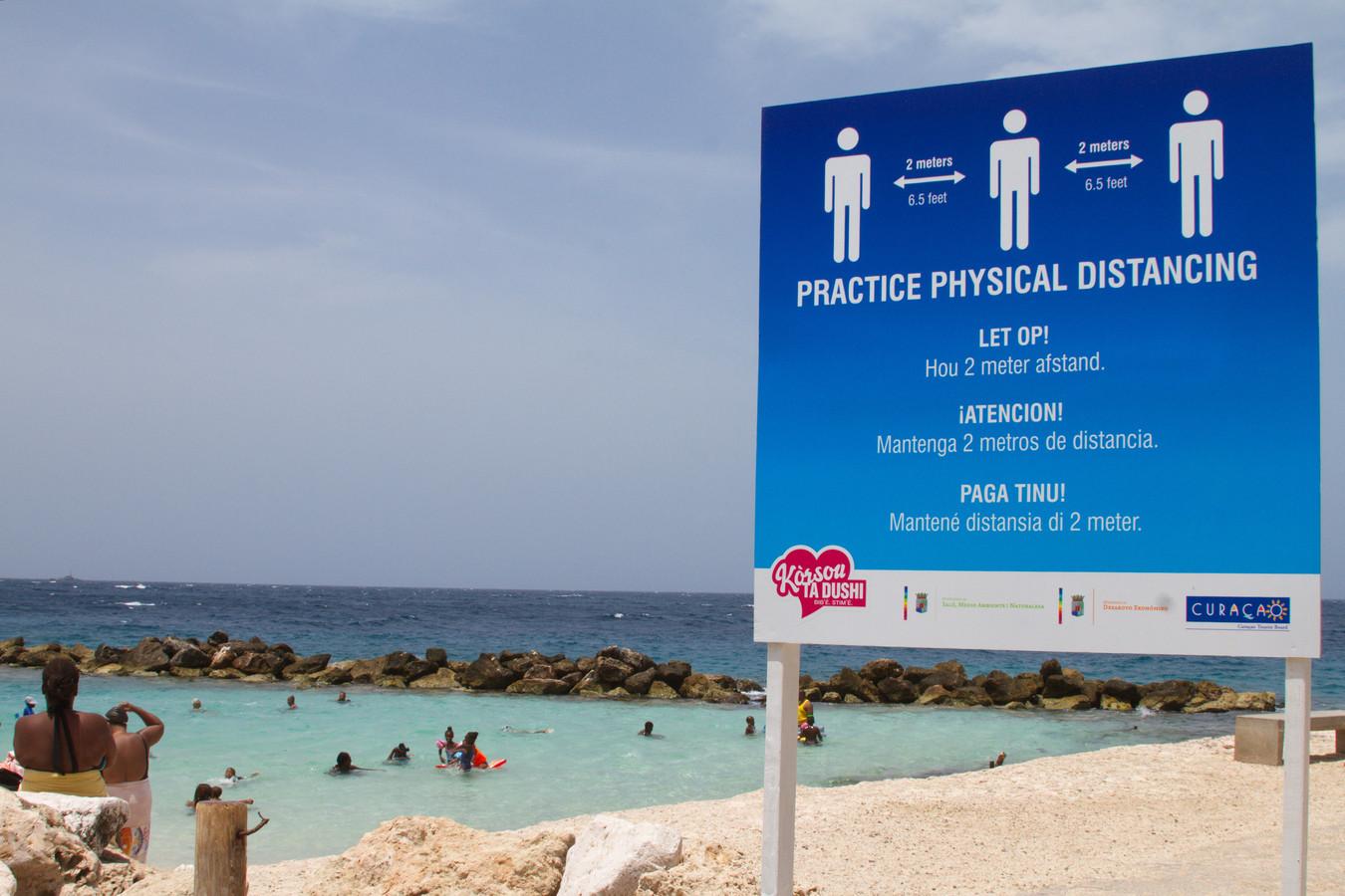 Een informatiebord op het Marie Pampoen strand op Curaçao.