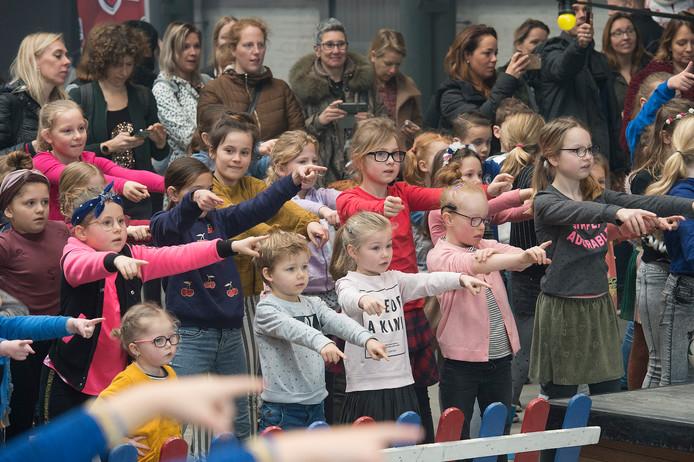 Pix4Profs-Ron Magielse het onderwijs staakt en 3fm dj sander hoogendoorn zorgt bij pier 15 voor opvang: sanders vriendenopvang. meedansen met kinderenn voor kinderen