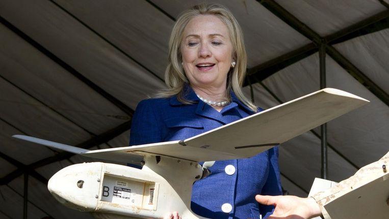 Minister van Buitenlandse Zaken Hillary Clinton houdt een drone vast. Beeld AFP