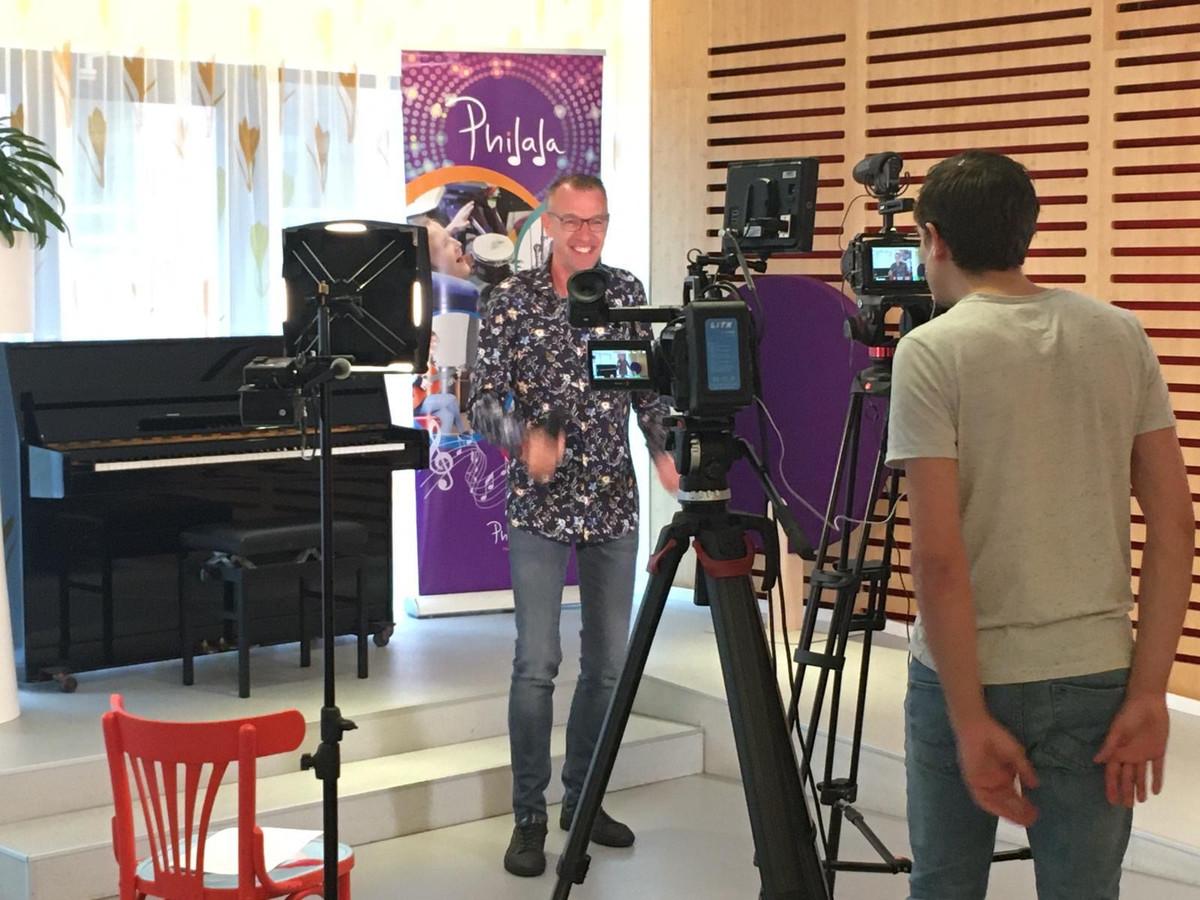 Marco de Hollander tijdens zijn opnames om via het videokanaal 'Hallo Thuis' de thuiszitters te laten meezingen.