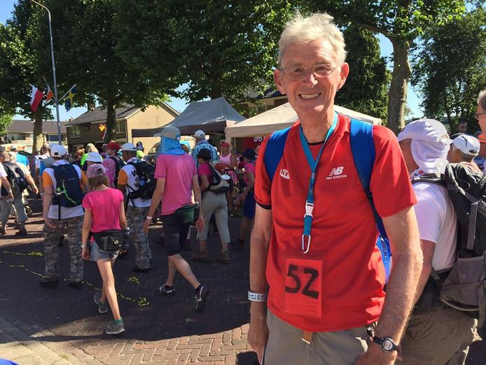 Wim Zeegers (84) uit Breda op de tweede dag van de Nijmeegse Vierdaagse Foto Marion van der Louw