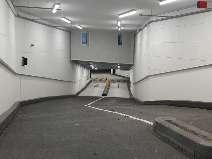 Parkeergarage in de Nieuwstaat. Gedacht werd dat enkele parkeerplaatsen op straat zouden moeten wijken omdat de 'draai' te krap zou zijn. Maar dat is niet nodig
