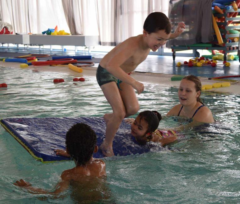 In het Ronald McDonald Centre in Amsterdam-Noord worden spoedcursussen zwemmen gegeven. Beeld Swimbee