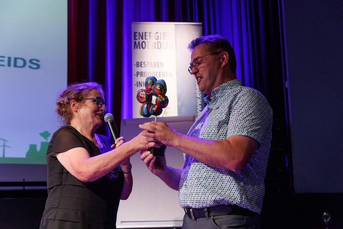 Voorzitter Dymph Rubbens van Energiek Moerdijk reikt de Duurzaamheids-award uit aan Erik Maliepaard van De Blokhut uit Helwijk.