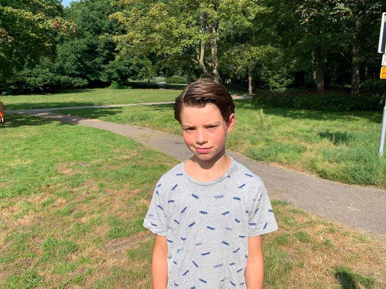 Job (11) in het Rembrandtpark, waar zijn rugzak vol voetbalplaatjes zondag werd gestolen. Beeld Privéfoto