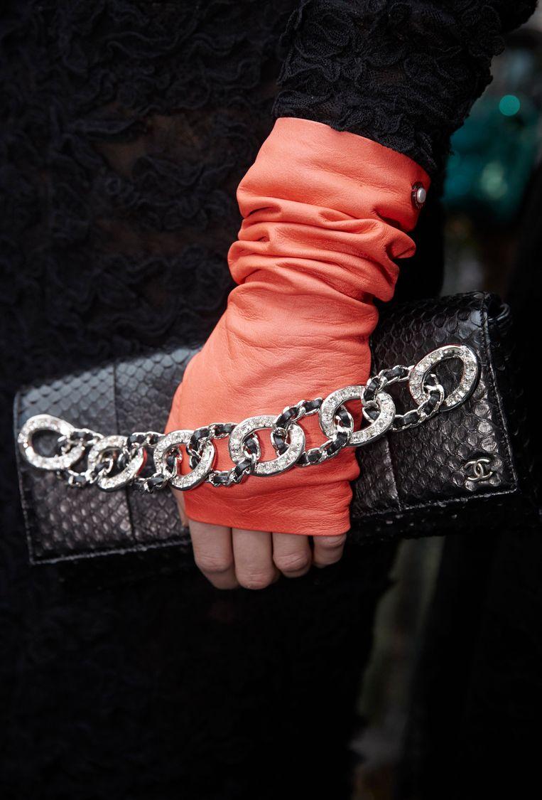 Slangenleren tas uit de prêt-à-porter collectie van Chanel, herfst/winter 2018 Beeld Chanel