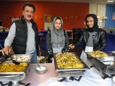 Asielzoekers onthalen gasten met lekker eten