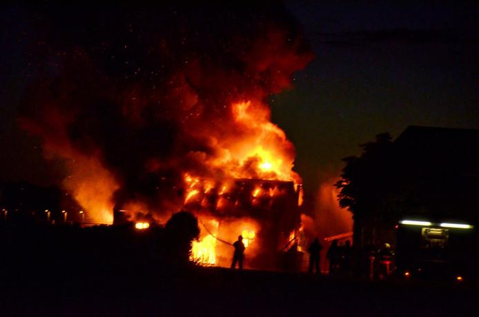 De vlammen waren in de verre omtrek te zien.