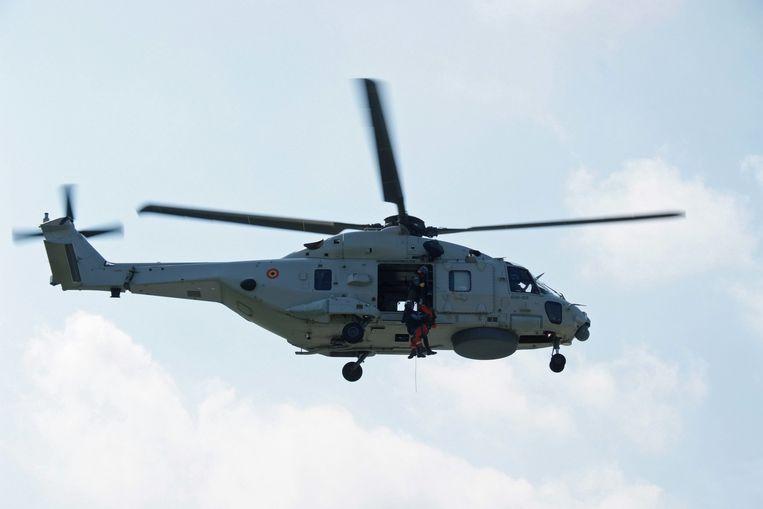 De NH90 haalt als test een duiker en een hulpverlener naar boven.