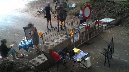 Het grensetentje: politiecamera betrapt mensen die samen lunchen aan twee kanten van afgesloten grens