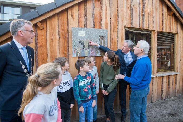 Basisschooljeugd onthulde vorig jaar samen met Joop van den Berg (rechts) een kunstwerk bij het nieuwe kippenhok van Park Stanislaus. Van den Berg, voormalig hoofdonderwijzer van basisschool Graaf van Ursel (opgegaan in De Vonder), woont nu op het zorgcentrum.