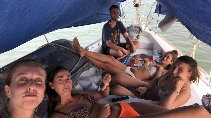 Mira Roovers (op de foto tweede links) uit Eindhoven zat dagenlang vast op bootje voor kust van Columbia