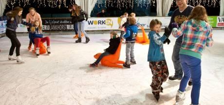 Al bijna schaatsen op plein bij de Litserborg, en chocolademelk toe