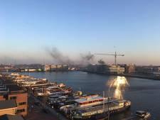 Man zwaargewond door grote brand in loods Oost