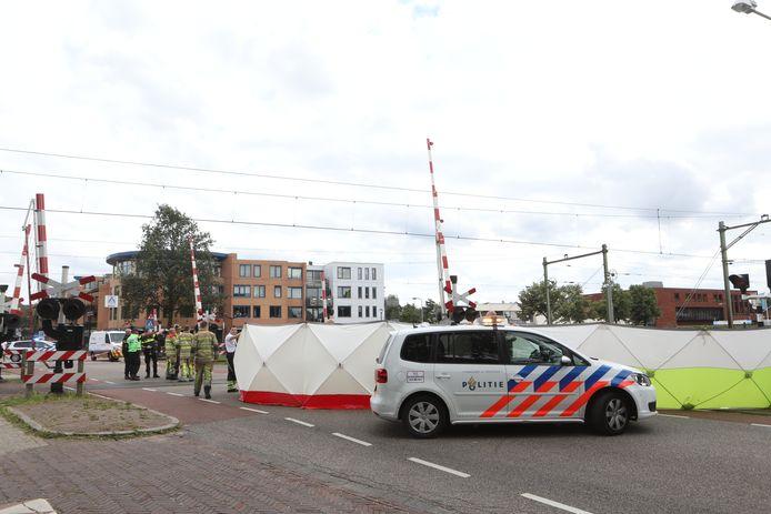 Hulpverleners schermen de plaats van het ongeval af.