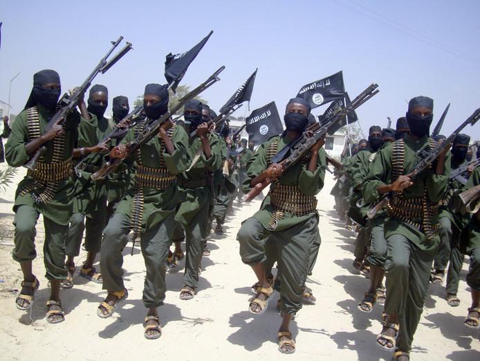 Strijders van al-Shabaab paraderen in februari 2011 door de buitenwijken van Mogadishu.