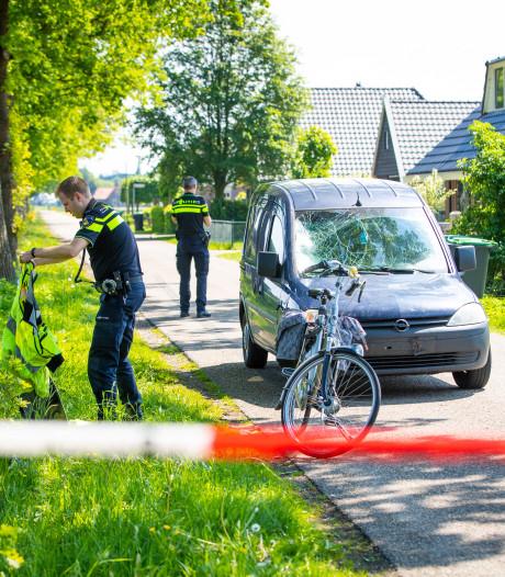 Fietsster met spoed naar het ziekenhuis na ongeluk in Oldebroek