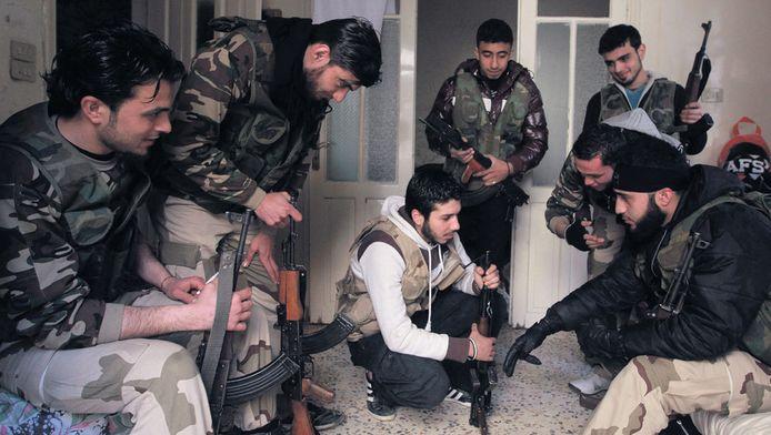 Syrische opstandelingen bijeen in de wijk Salaheddine in Aleppo. Radicale Nederlandse moslims reizen in steeds grotere aantallen naar Syrië om daar te strijden tegen de president. Drie Rotterdammers konden net voor vertrek worden opgepakt.