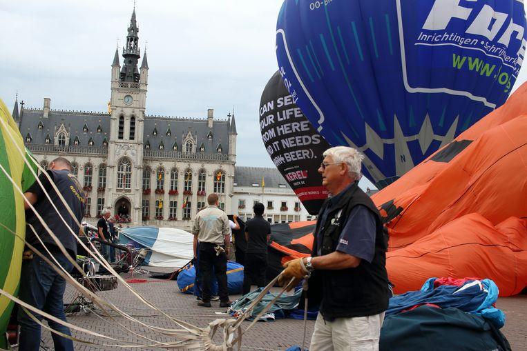 De Franse ballonpiloot Claude Guitard, al jarenlang een graag gezien gast in Sint-Niklaas, maakt zich klaar om op te stijgen.